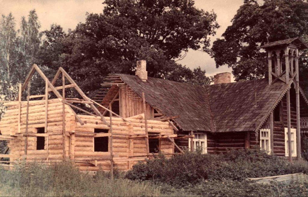 Mežsarga mājas restaurācija 1980.tie gadi. Gulbenes novada vēstures un māksas muzeja krājuma foto Nr. GVMM 17035